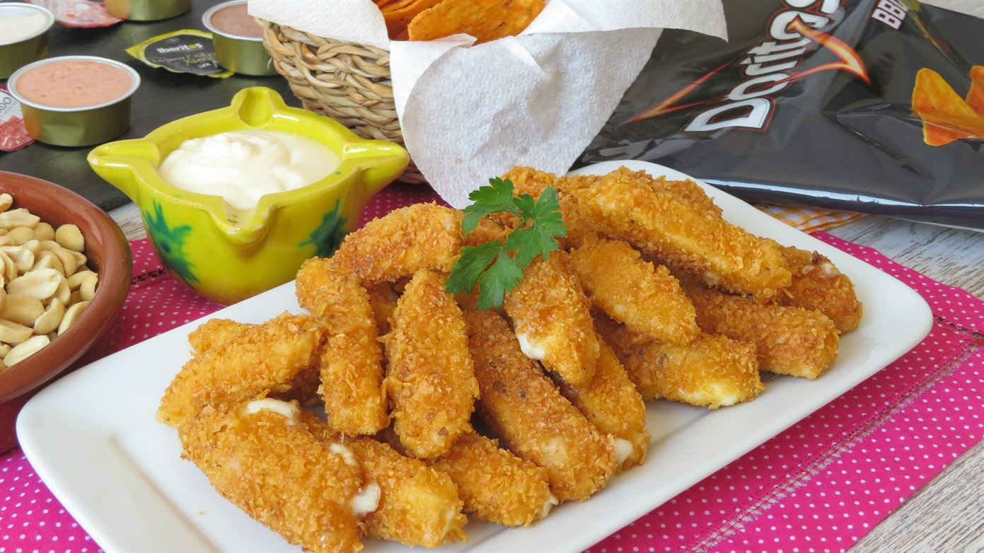 Palitos de mozzarella fritos rebozados en Doritos
