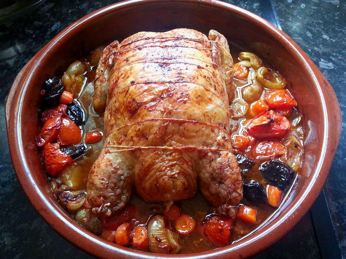 Pollo relleno de tortillas y carne picada