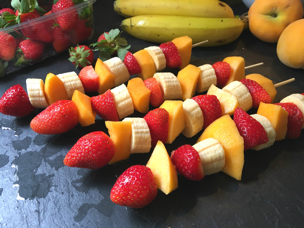 Brochetas de frutas for Como secar frutas para decoracion