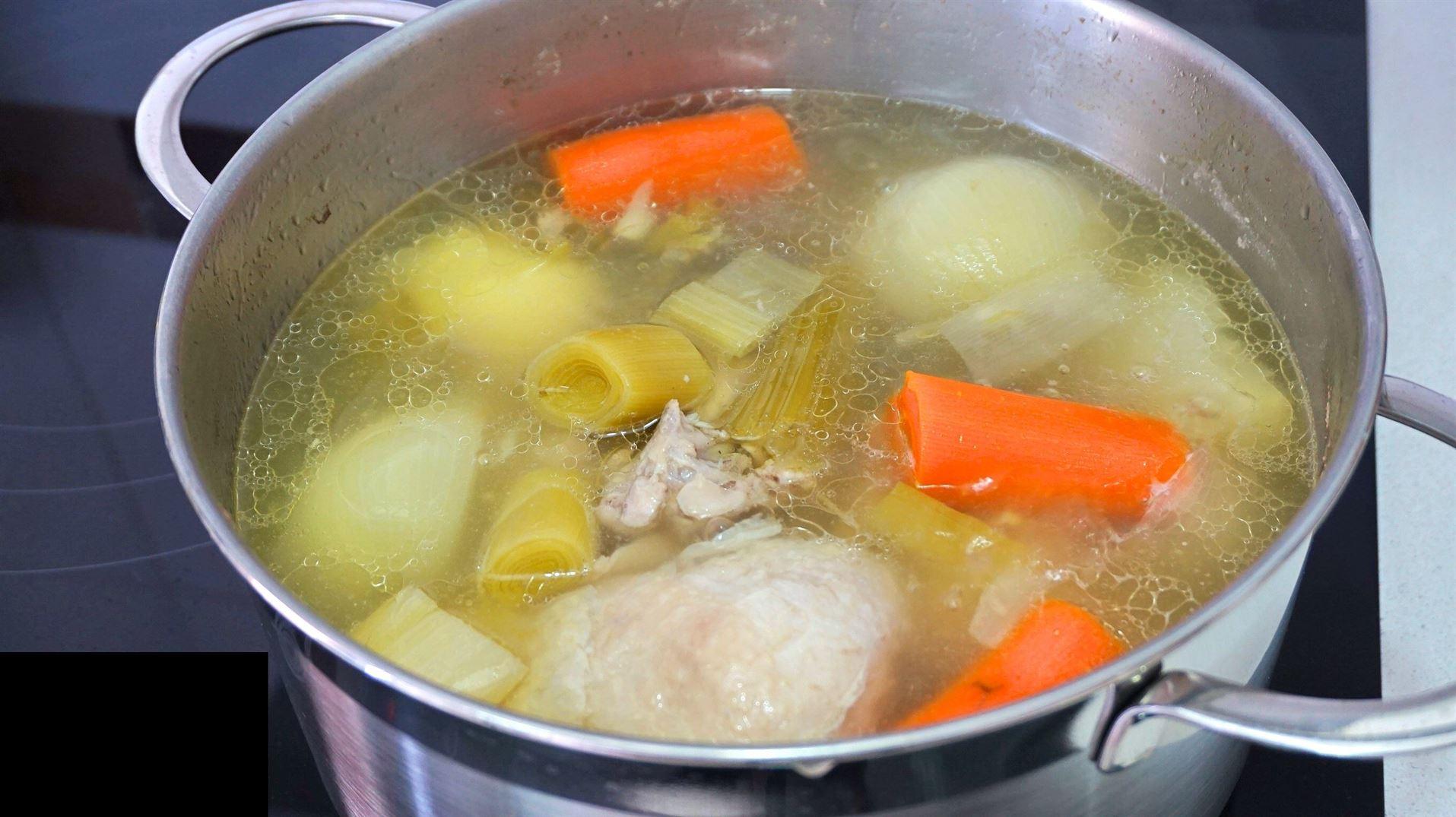 Caldo de pollo. Cómo preparar, desgrasar y conservar el caldo.