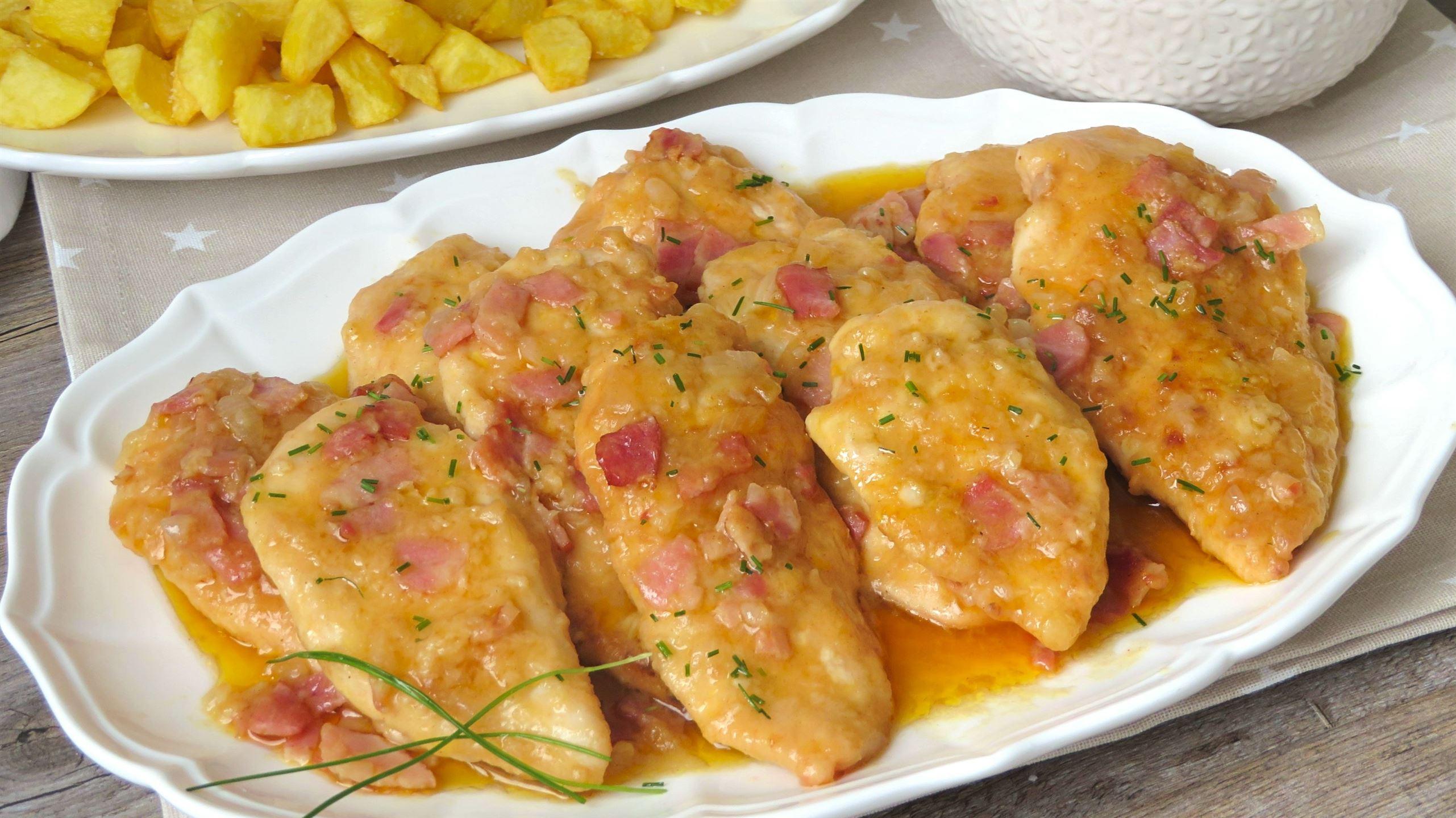 Pechugas de pollo a la mostaza con salsa de cebolla. Receta rápida