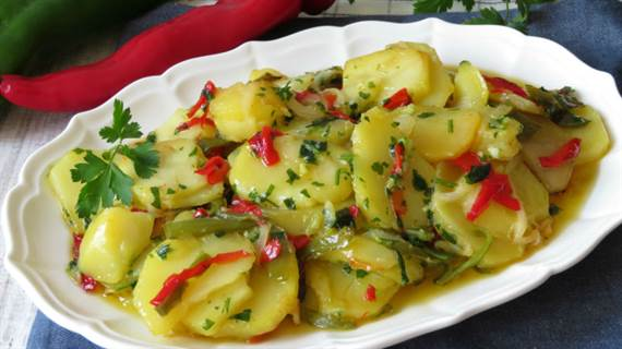 Patatas a lo pobre con pimientos y huevo