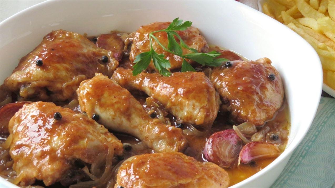 pollo a la coca cola sobre sopa cebolla