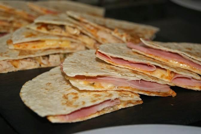Tortillas de trigo rellenas dos versiones diferentes for Comidas faciles de cocinar