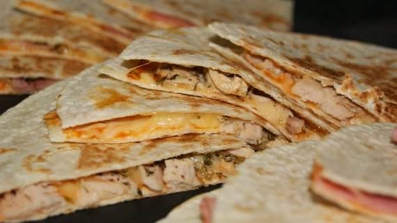 Tortillas de trigo rellenas dos versiones diferentes for Cenas caseras faciles