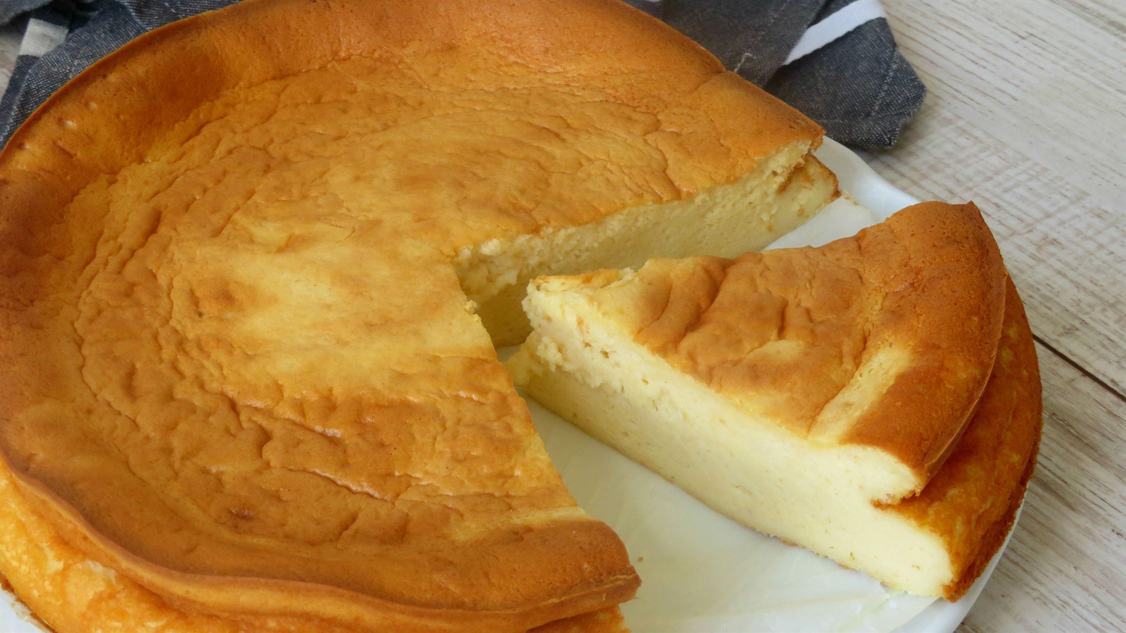 Tarta de queso al horno más fácil. Súper esponjosa y con poco azúcar.